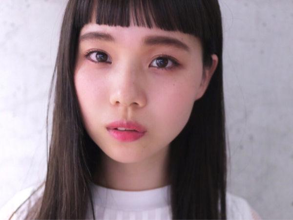 黒髪のストレートがとっても清純なイメージ。眉上まっすぐ少し隙感がある前髪が子供らしいまさにかわいいベビーフリンジ。
