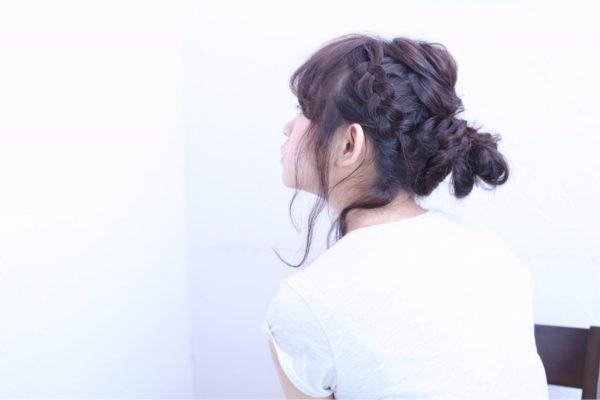 大きめの編み込みがアクセントのアップスタイルです。おくれ毛でこなれ感を出すこともできますね。