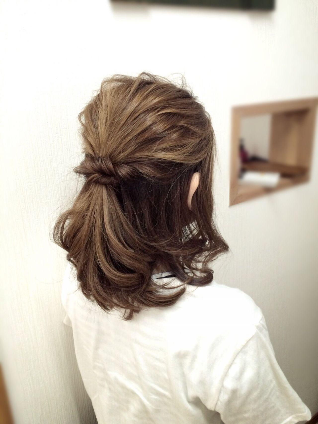 カールしたクルクルの髪にハーフアップをします。サイドの髪をねじってクロスさせて留めたヘアスタイル。後れ毛を少し多めにするとかわいいヘアスタイル完成!