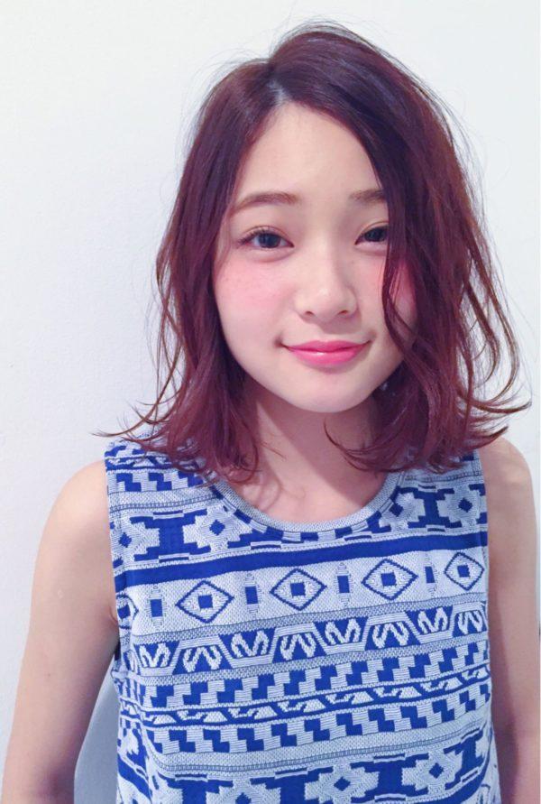 とっても爽やかで、艶やかなシアーピンクヘア。毛先のラフなカールが色っぽいですね!顔色が綺麗に見えるカラーです。