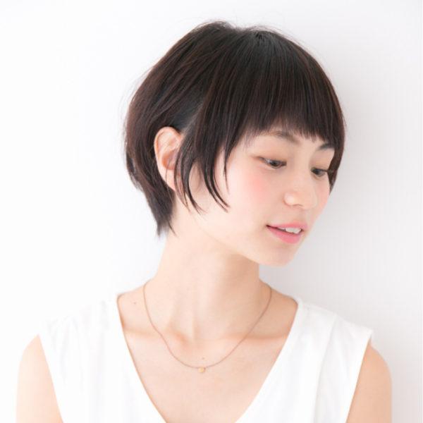 ショートボブのヘアスタイルも耳かけするだけで印象が変わります。サイドの髪を少し残して、耳にかけるとおしゃれ感がよりUPする感じですね♪