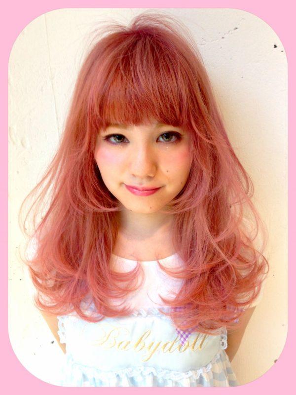 お人形のように甘く可愛いヘアスタイル!明るくラブリーなピンクがまさしく春カラーですね♡