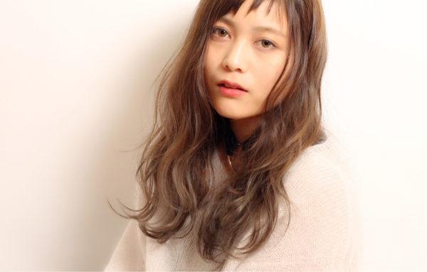 毛先のゆるめのパーマに斜めに、短い前髪の毛束感がおしゃれなスタイルに。