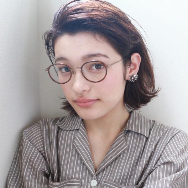 ウェット感のあるヘアスタイルで眼鏡がよく合う知的な印象に!落ち着いた大人の女性を演出するならウェット感を出すのが決め手です♪