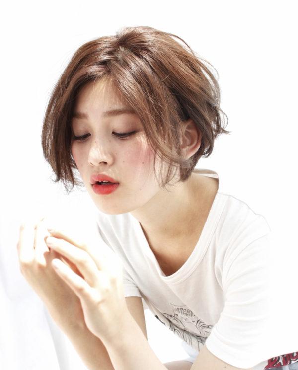 活発な印象のショートヘアも前髪を長めに伸ばし、センターパートにすると女性らしい色気を感じます。頬骨にかかる前髪が小顔効果を。