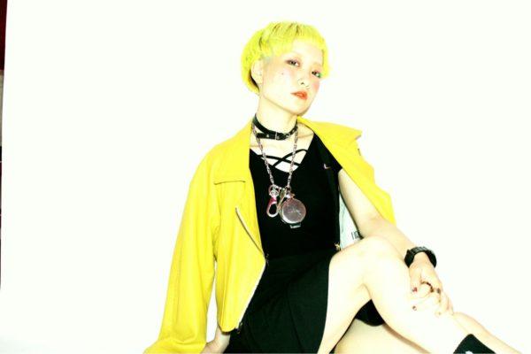 ビビットな黄色が鮮やかすぎるモードでロックなショートヘア!街でも目立つこと間違いなし!