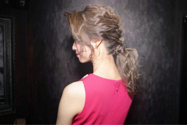 お呼ばれヘアとしても定番化してきたローポニー!フォーマルな場でも、こなれ感のあるオシャレなヘアとして大人気です。