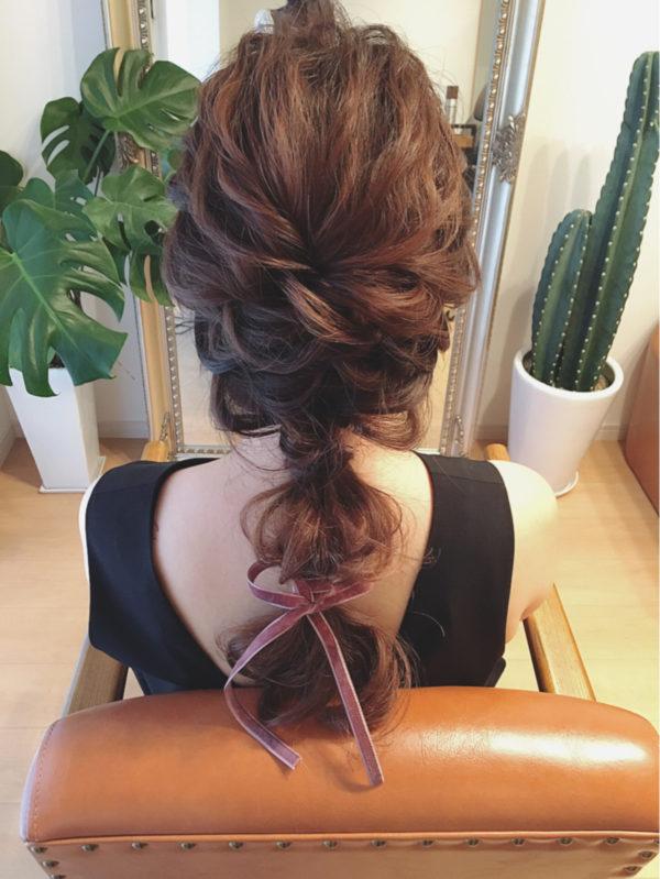 細リボンで毛先をキュッと結んで大人可愛く。サイドから集めるようなまとめ髪がおしゃれですね!