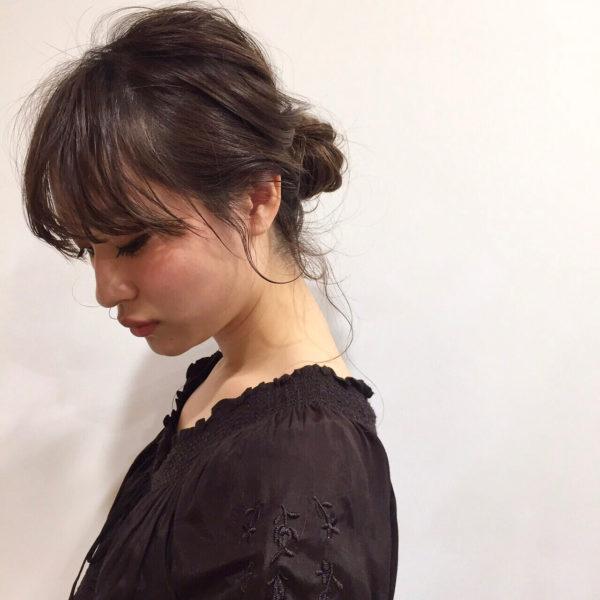 ダウンスタイルのお団子ヘアは後れ毛を出すことでうなじの美しさが柔らかく見え、色っぽさがアップします。浴衣にも合いそう!