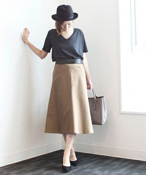 大人コーデと言えば、黒×ブラウンの組み合わせ。フレアスカートをメインに小物をブラックでまとめてグレージュのバッグでこなれ感を出して。