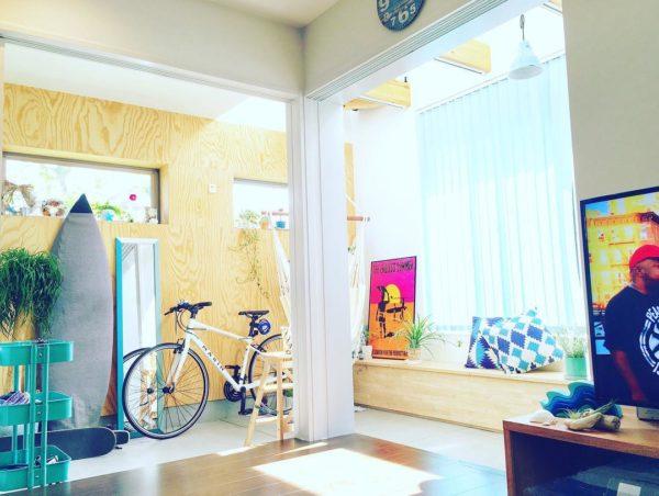 棚と姿見のターコイズブルーがとっても印象的。また窓際に置いてあるクッションのブルーもさわやかです。壁に掛けられたサーフボードが南国リゾートな気分を盛り上げてくれますね。きらめく太陽の光がいっぱい詰まったようなインテリアといえるでしょう。