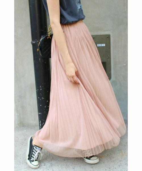 サーキュラーやフレアのスカートを持っているなら、初夏向けスカートはマキシ丈のピンクプリーツがおすすめ。絶対的な主役感のあるスカートです。
