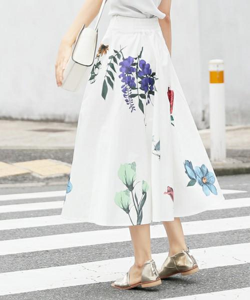 透明感のある涼しげな真っ白だけど、花柄のスカートを合わせて、どの角度からみても清潔感と上品で美しい女性へと変身させてくれるコーディネートですね!足元は、ゴールドでより大人女性を存分に楽しめます◎