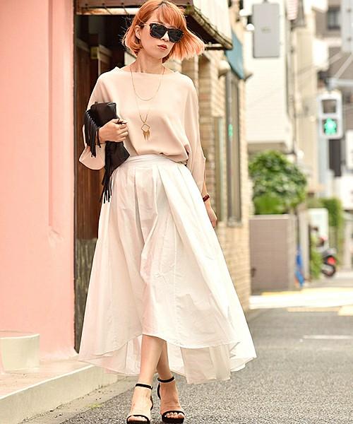 春の風をなびかせながら歩いてみたいコーディネート。トップスの春色ニットも袖が技ありなデザインになって、よりふんわりとした印象になっています。春色×白に黒をさし色にすることで、ぼんやりとした色合いを引き締めます。