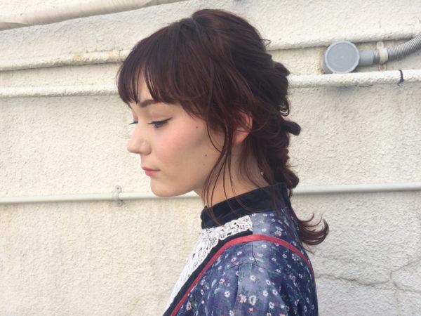 チェリーレッドの三つ編みは眉毛上までの前髪に。ガーリーですがゆるい三つ編みが、大人かわいいヘアです。