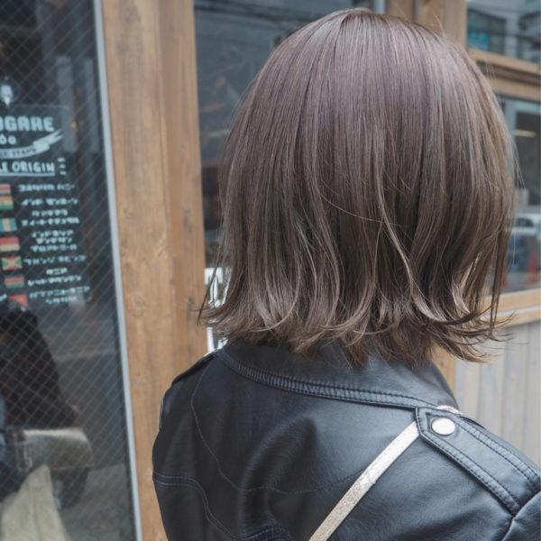 グレージュカラーの外ハネボブはナチュラルなのにとてもキュート♡ワックスで動きを出して、外国人風スタイルに。