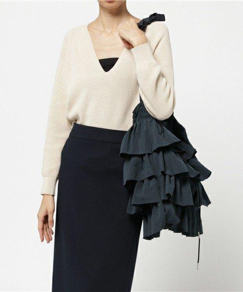 スタイリッシュな装いにはアクセサリー感覚で持ちこなしたいCasseliniの「フリルトート」。モノトーンカラーのシックなコーディネートに合わせて、女性らしさをプラスすることができます。