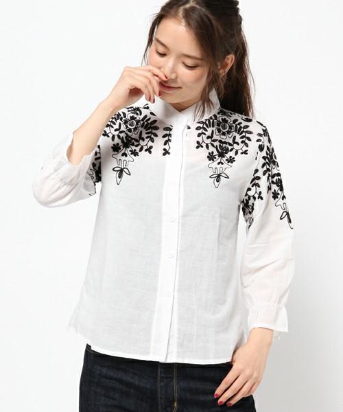 肩に植物の刺繍が入った、ほのかなキャンディスリーブのブラウス。七分袖が涼やかな初夏向きのシャツブラウスです。シンプルにワイドパンツやロングスカートに合わせたい主役トップス。