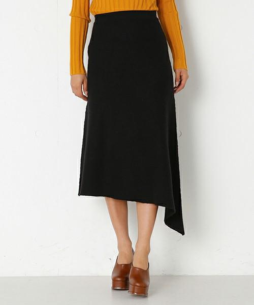 ふんわりとした動きがあるのが特徴ですが、アシンメトリーにはタイトスカートもあります。長さの違う裾は、脚長効果やきれいに見せてくれる効果が生まれます。タイトなアシンメトリーはコンパクトなトップスを合わせて着こなすとより、女性的な印象のコーディネートになりますよ。
