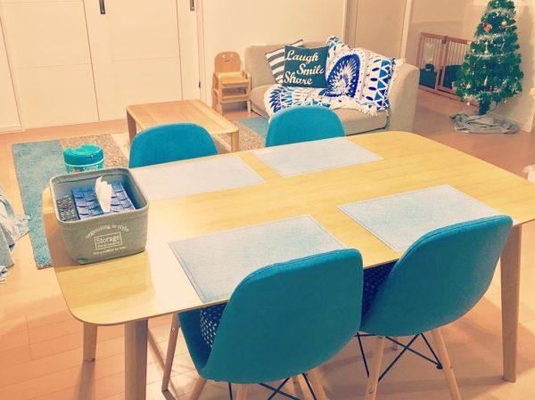 まずパッと目を引くのがテーブルのイス。南国の海のようなマリンブルーです。またソファカバーやラグ、ティッシュケースなど所々にビビットな青い色が使われています。部屋全体がベージュなどの淡いカラーなので、ブルーがアクセントカラーになっていますね。