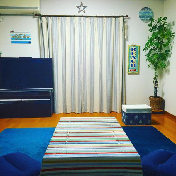 ラグが深い海の底を思わせるようなディープブルーが広がるお部屋です。カーテンの上や収納ボックスの星が、元気な印象を与えてくれています。観葉植物とブルーの対比やストライプのカーテン、テーブルかけも素敵です。