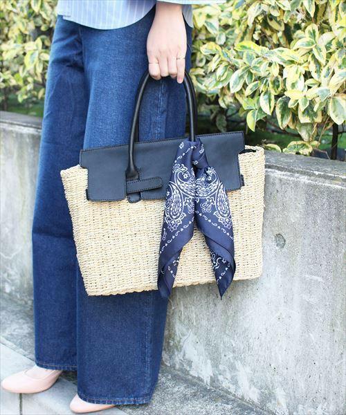 こちらはADAM ET ROPE'のかごバッグです。かごバッグでは珍しいきちんと感のあるデザインのトートバッグです。収納力も抜群なので、デイリーユースも可能です。お色はこちらのブラックの他にキャメルがあります。もちろんスカーフ付きですよ♪