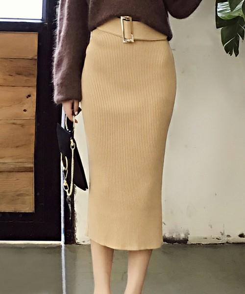 膝下丈でハイウエストのタイトスカートは、まさに上品な女性を演出するMUSTアイテム♪一見タイトな印象を与えますが、トップスとウエストのベルトがしっかりとバランスを保ってくれます◎