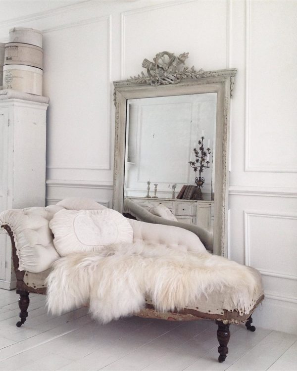 大人気のムートンラグは真っ白すぎるものではなくオフホワイトのものをチョイスすることで、アンティークな雰囲気がプラスされています。本来の使い方通りに床に置いたり、少しラフな感じにソファーにかけてみたり、使いみちもお好みで変えてみてください♪
