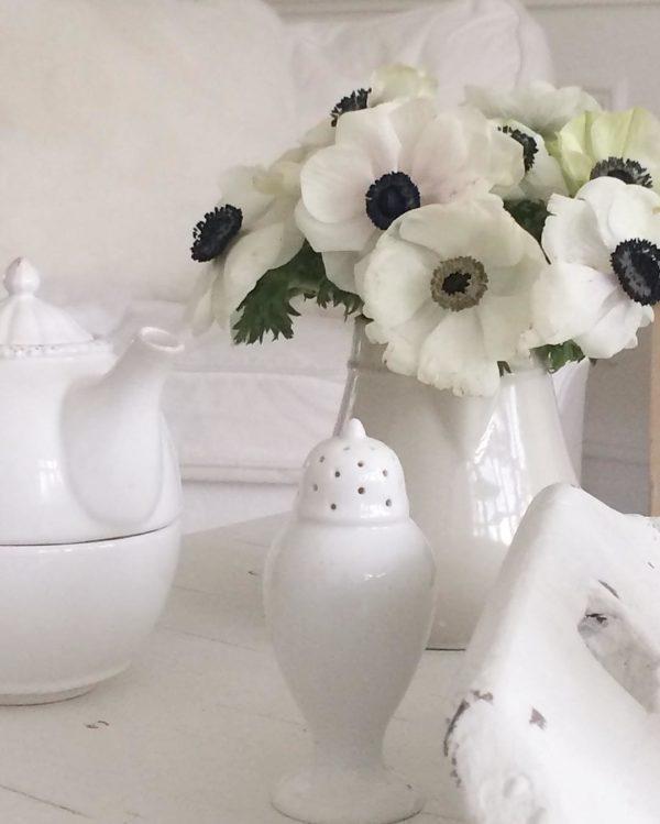 ホワイトインテリアの差し色として色んな色のお花を生けるのもおすすめですが、あえてホワイトインテリアにホワイトのお花を合わせるのもまた良いものです。個性的なアネモネの花を用いることで周りに引けを取らない存在感を発揮してくれます♡