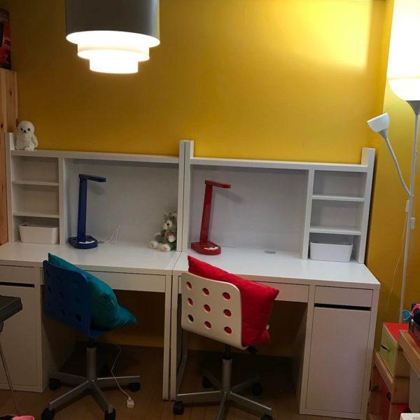 全面黄色の壁を背景に2つ並べられた白の勉強机がとってもおしゃれなお部屋ですね。こちらのお部屋はベースとなるカラーを黄色と白で構成して、赤と黒の照明器具や赤と緑のクッション、白と黒の椅子をアクセントとしています。すっきりシンプルな組み合わせながら、2人のお子さんの個性をしっかりと表現した素敵な空間になっていますね。