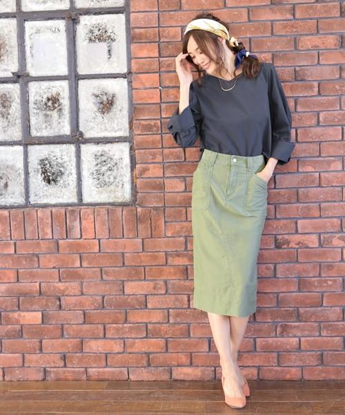 シンプルな着こなしが、一番大人の女性の魅力を引き出してくれる、そんなコーディネート!トップスはゆったり柔らかく、スカートはタイトめだけど、デニム生地で固い印象を一気に排除してくれます。いろんなコートやジャケットとも相性グッドです!