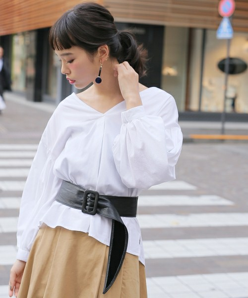 デコルテが奇麗に見えるVネックシャツのコーデ。秋頃まで活躍するスキッパーシャツは、袖が膨らんだデザインでお洒落に!!サッシュベルトを合わせて、かっこよく着こなして♪
