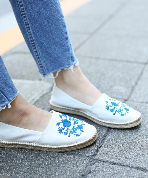 人気のエスパドリーユに刺繍デザインを施したキュートな一足はオフホワイト、アイボリー、ブラック、ブルーの4色で展開しています。昨年、 LOWRY'S FARMでヒットしたシンプルなエスパドリーユに刺繍をプラスして今年らしくアレンジした一足です。今年のトレンドを取り入れた一足も人気商品になりそうです。