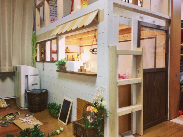 日曜大工で作った完全DIYのキッズルームが可愛いすぎてびっくりです。お店屋さんのような雰囲気もある秘密基地のようなスペースで、子どもさんが喜ぶことまちがいなしですよね。