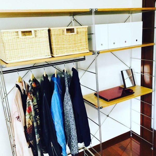 こちらはスチールのユニットシェルフに木製の天板をプラスしたもの。半分にハンガーをかけるバーをつけてクローゼットに、もう半分をデスクにと使い分けています。お気に入りの洋服など、収納するだけでなく飾って楽しめますね。