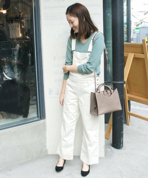 こちらはお色違いのホワイトデニムです。この画像のような色物のインナーを着ることが多い方は、断然ホワイトデニムがおすすめです!