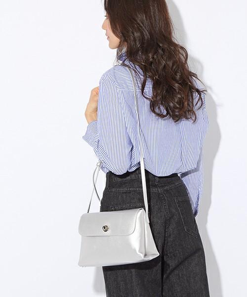 [niko and...] オリジナルひねりフラップショルダー【niko and ...】 4,212円 メンズライクなストライプシャツとワイドデニムを合わせたシンプルコーデのアクセントとして。バッグのマチが広めで、内側にも外にもポケットがついているので、想像より多くの物が入るのもおすすめポイントです。