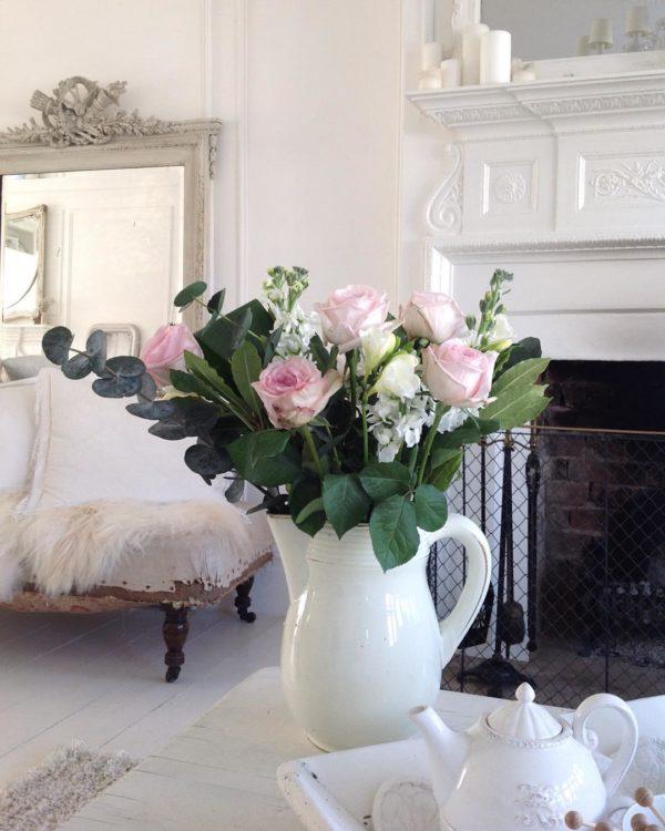 ピッチャー型のフラワーベースは、上品なインテリアを目指したい方にとってとってもおすすめです!シンプルな組み合わせのお花でもグッと上品さと華やかさをアップさせてくれる優れものです。写真のようにシンプルなデザインのものから、デコラティブなデザインのものまであるので、飾るお花の種類によって変えてみるのも良いですね♡