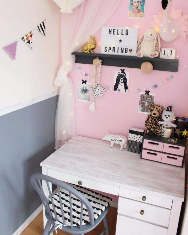 女の子が喜びそうなピンク色の壁にしろい勉強机とグレーの椅子をコーディネートした、とっても可愛い勉強コーナーですね。机の天板はお母さんが白くペイントされたんだそうで、アンティーク感のある素敵な仕上がりになっています。椅子の形に合わせて加工したクッションも可愛くっていいですね。