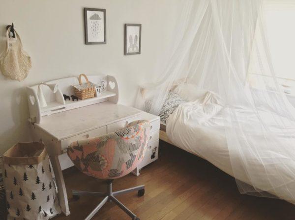 新年度に向けてお部屋の片づけをされたそうですが、真っ白なレースのカーテンとおしゃれな白い勉強机が子供さんの夢の世界を演出しているようでとっても素敵ですね。ピンクとグレーのファブリックがおしゃれで可愛い椅子が、白基調のお部屋の雰囲気をいっそう可愛らしくしています。
