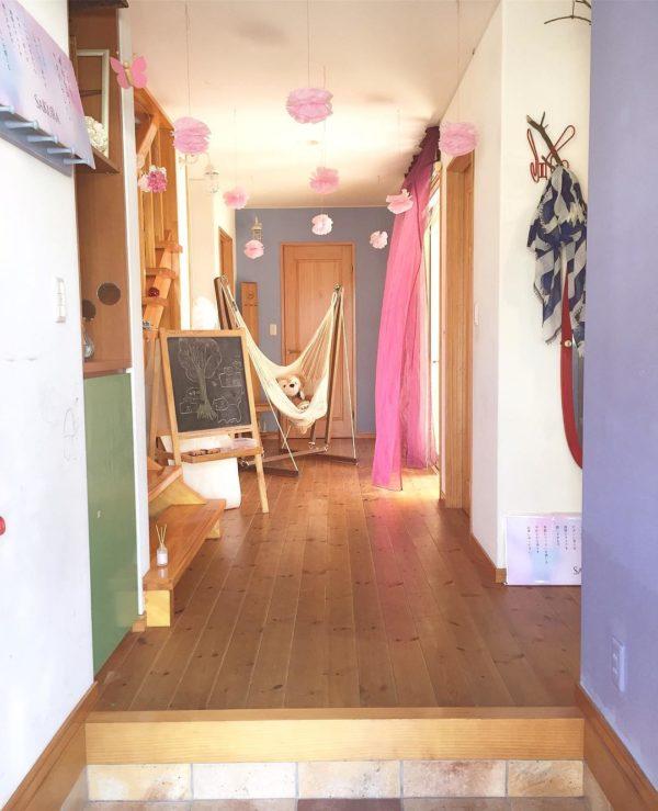 可愛いぬいぐるみとピンクのふわふわがスイートなインテリア!こんなお出迎えを受けたら、心が躍ってしまいますね。壁や靴箱も色もパステルカラーなので、ピンクとの色合いもマッチしています。