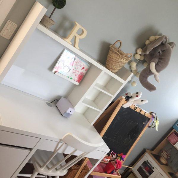 こちらのお部屋は、狭い空間を有効に活用できるように、イケアで購入した組み立て式の白い勉強机の上を棚にして一体感のあるコーナーを演出しています。流行りの回転式でないアンティック調の白い椅子がとっても可愛くて、子供の個性を優しく応援している気持ちが伝わってきますね。