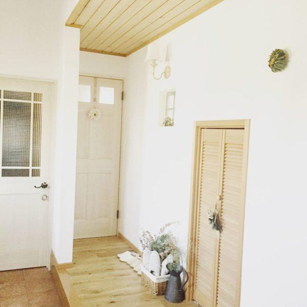 白い壁と扉、廊下などのベージュが、落ち着いた感じのナチュラルテイストの玄関です。リビングやキッチンもナチュラルテイストで可愛らしいんだろうなと感じます。お家の中を早く見せてほしくなりますね。
