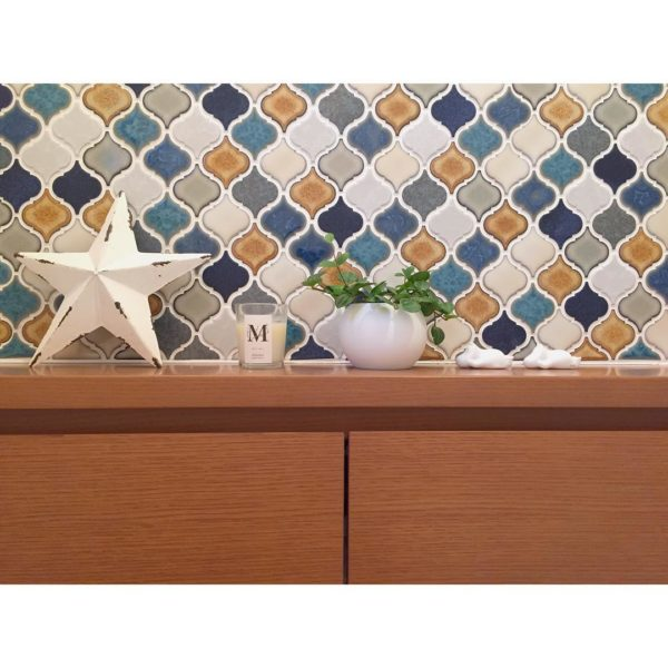 こちらはトイレの壁にカラフルなコラべルタイルを貼ったインテリア。四角や丸など決まった形が多いタイルですが、こちらのコラべルタイルは美しい曲線を持っています。ちょっとエスニックな雰囲気もありますが、意外といろんなインテリアに合わせやすいんですよ。一緒に飾った小物との相性も◎