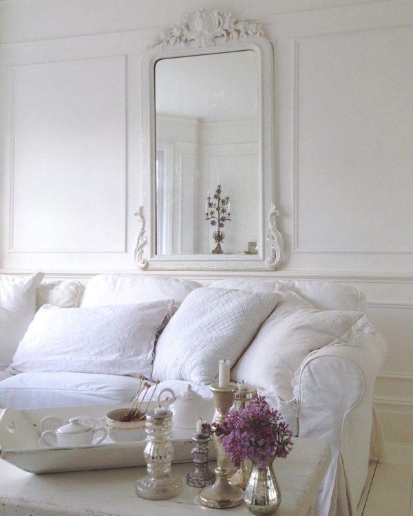 ホワイトにホワイトゴールドの組み合わせることで、華やかな印象がグッとアップしています。キャンドルホルダーもデコラティブなものを用いることで他の家具に負けない立派なアクセントとなってくれています。