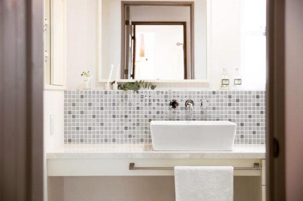 最後にご紹介するのは、きらめきが素敵なガラスモザイクタイルを使った洗面所。ホワイトからグレーへのグラデーションカラーで、大人っぽいインテリアになっていますが、ガラスタイルのきらめきで明るい印象をかもし出しています。