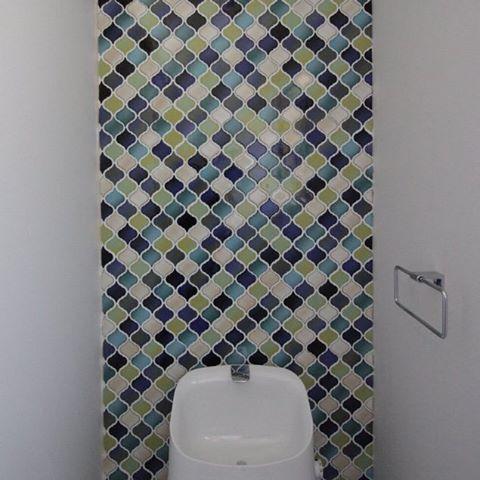 こちらもコラべルタイルを使ったトイレのインテリア。上のコラべルタイルよりも寒色が多いので、爽やかな印象ですよね。トイレの壁は真っ白なものが多いですが、1面だけでもこんなふうにタイルを貼っただけで入ったときの印象が変わってきますね。