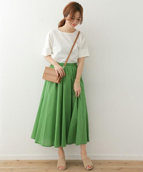 柔らかいコットン素材のフレアスカートで。白と明るめのベージュで上品ナチュラルな印象に。