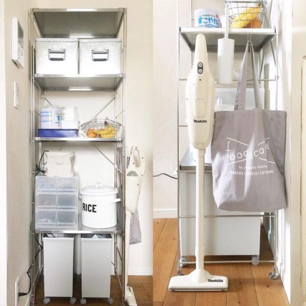 こちらもステンレスのユニットシェルフをキッチンで使っているインテリアです。ゴミ箱や収納ケースなどの高さに合わせて棚を設定することで、他のシェルフにはない使い勝手のよさがありますね。側面にはフックで掃除道具をひっかけて、倒れない工夫を。