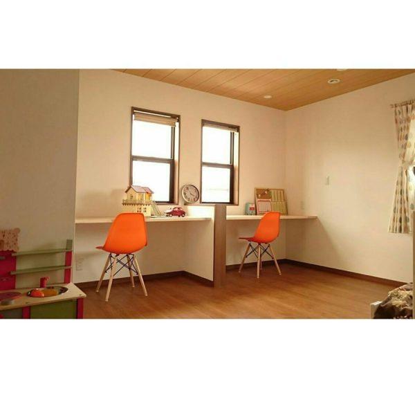 椅子のオレンジがポイントのシンプルイズベストなキッズルームですが、それぞれの机の前に明り取りの小窓があって、とっても温かみの感じられるお部屋です。まだこれから棚を作ったりと、いろいろと手をかけていかれるようなので、これからが楽しみですね。